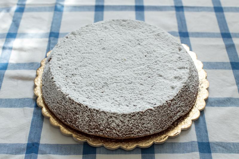 torta caprese bianca al limone con zucchero a velo