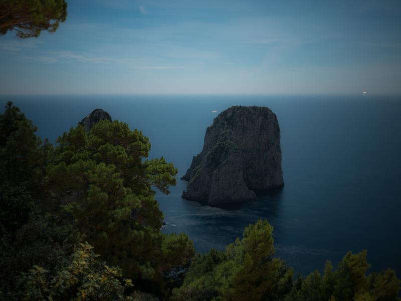 Leggende di Capri con i Faraglioni