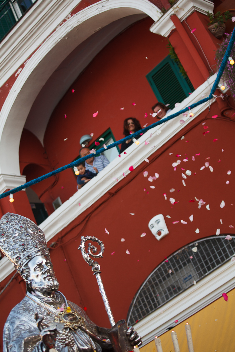 La festa di San Costanzo a Capri statua petali