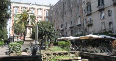 Piazza Bellini a Napoli: una pausa nel cuore della città partenopea