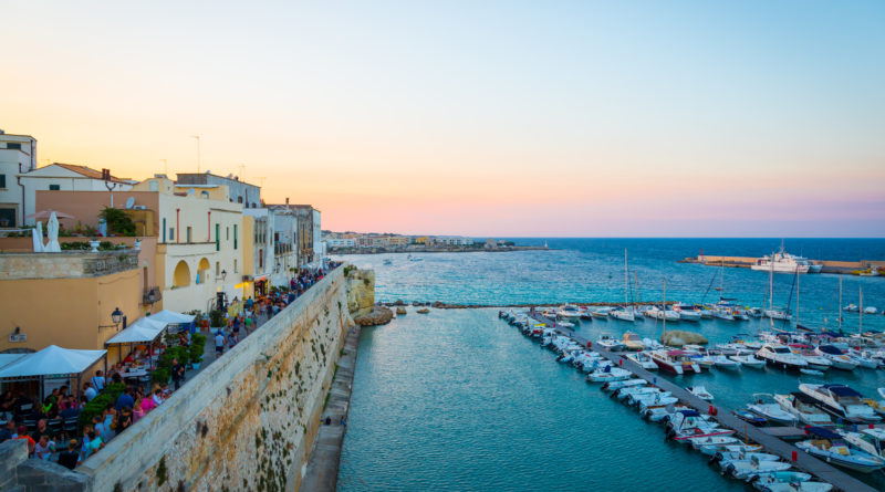 bellissima vista al tramonto della città di Otranto