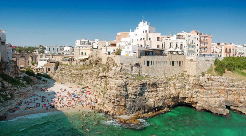 splendida fotografia di Polignano a mare in Puglia di giorno