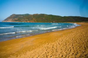 bellissima spiaggia in sardegna dal colore rosso e giallo di giorno