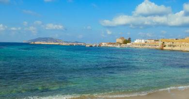 bellissima spiaggia di favignana con acqua cristallina