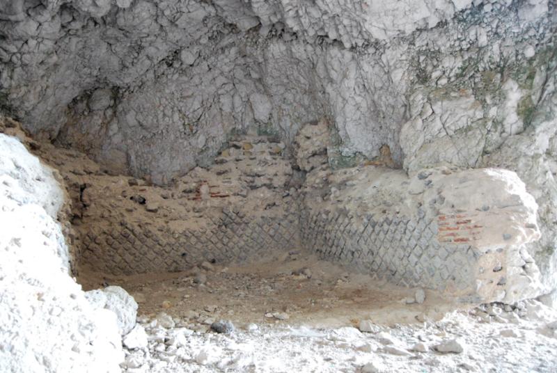 I tesori della Grotta dell'Arsenale a Capri mura romane