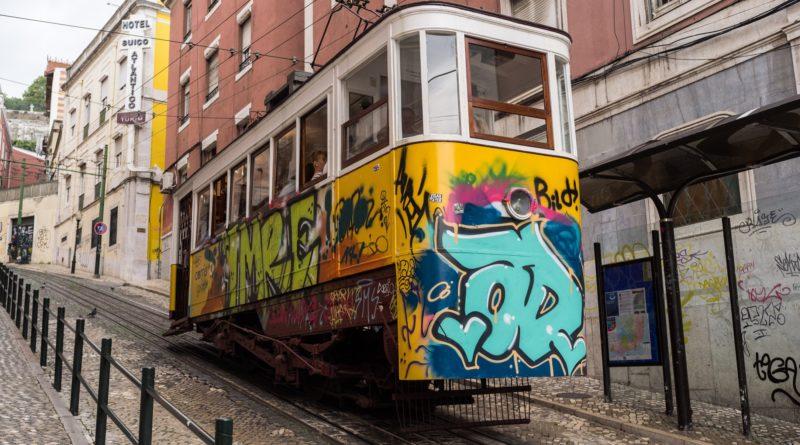Il famoso tram al centro di Lisbona
