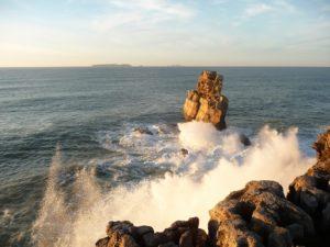Vista del mare dalle coste di Peniche in Portogallo