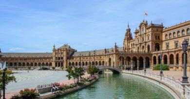 un lato della semicircolare Plaza de España a Siviglia