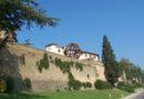 Fonte wikipedia. Borgo di Vinci con veduta sull'uomo di Vinci