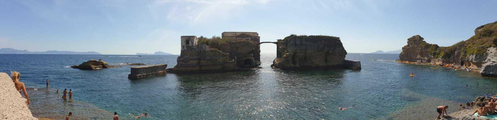 la spiaggia e il parco sommerso della Gaiola di Napoli, un'area marina potretta